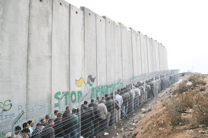 Palestinian workers waiting in line at Bethlehem-Jerusalem checkpoint. (© Anne Paq / Activestilles)